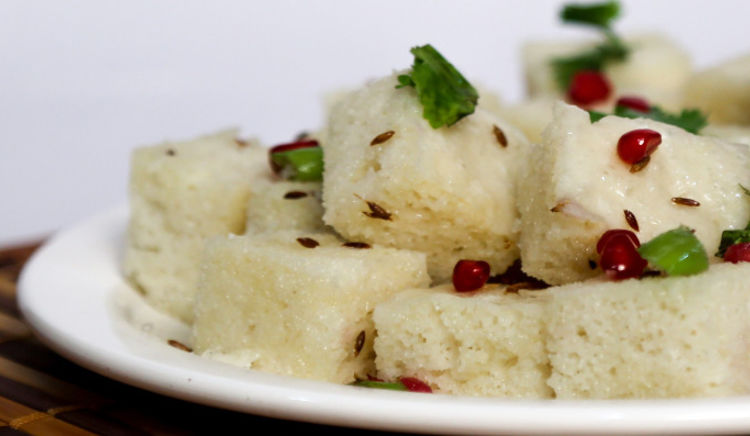 It is the month of fasting; it is also time to gorge on fasting foods like Sabudana Vada, Buff Vada, Farali Khandvi, Farali Chevda, Rajgira Puri and other dishes