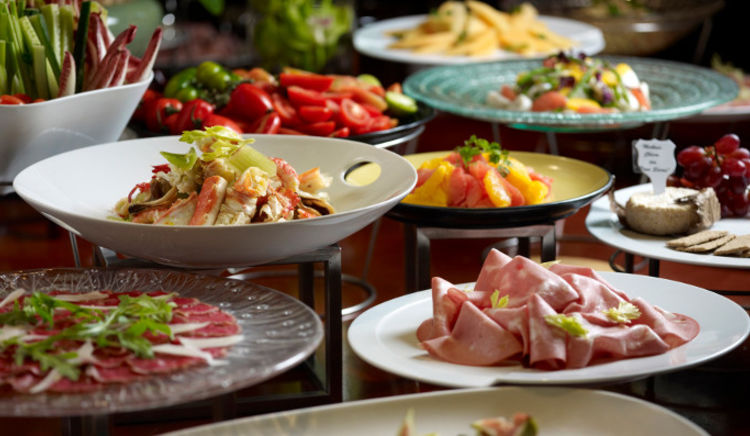 Indulge in magnanimous spread of artisanal pizza, salad, grills, a live pasta counter and a lot more!